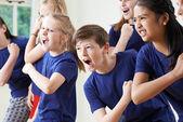 A gyerekek drámája osztály együtt csoportja
