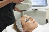 kosmetička provádí intenzivní pulzní světlo léčba