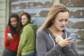Fényképek tizenéves lány terrorizálják, SMS-ben