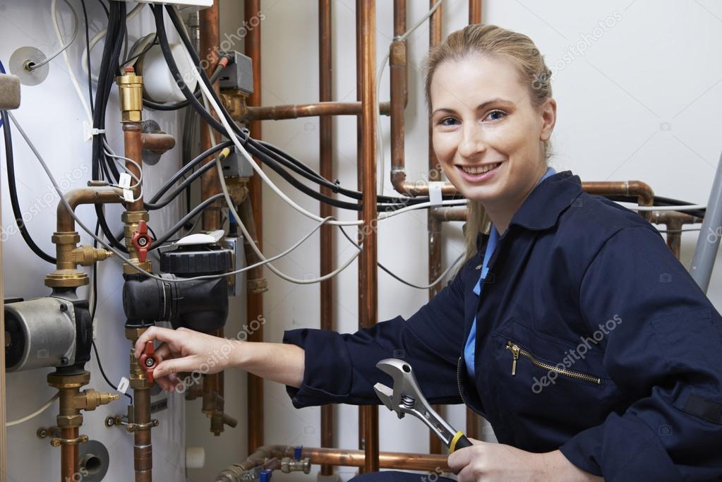 Weibliche Klempner Arbeiten auf Zentralheizung Kessel — Stockfoto ...
