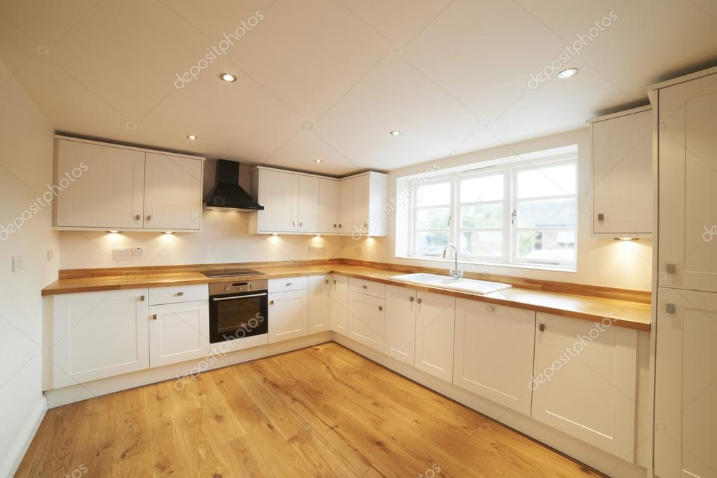 Mooi ingerichte keuken in modern huis u stockfoto highwaystarz