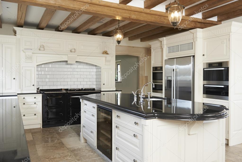 de lujo equipada cocina en la casa con techo con vigas de madera u imagen de stock