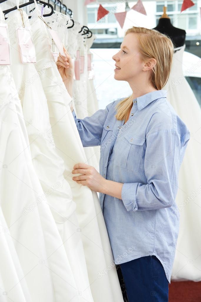 Braut man Preisschild auf Hochzeitskleid In der Braut Boutique ...