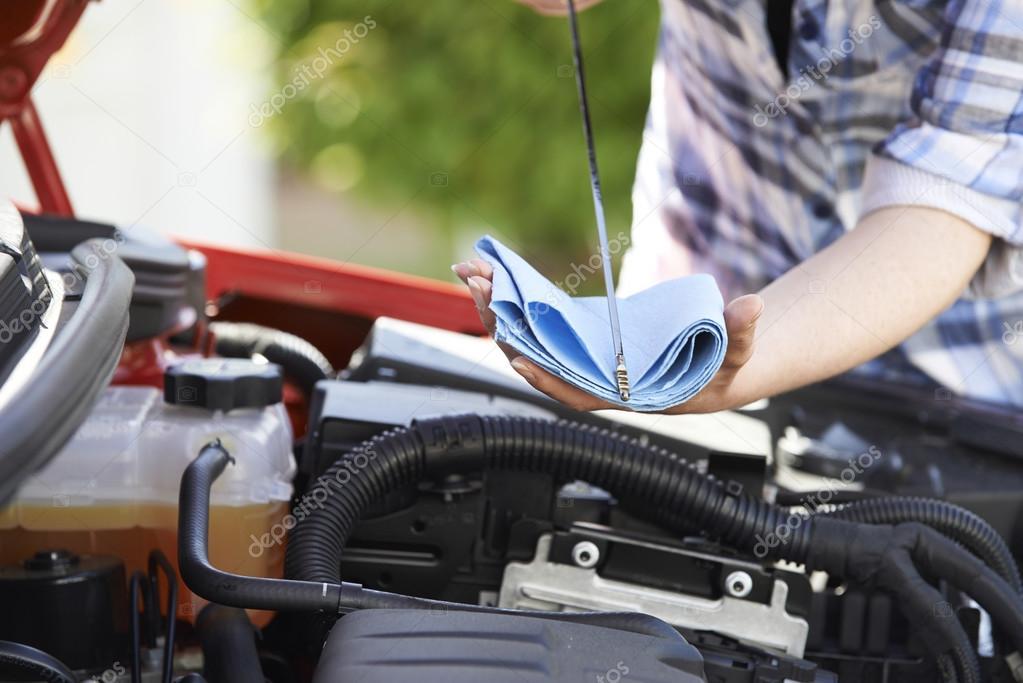 979d39694da Μεγέθυνση του γυναίκα έλεγχο αυτοκίνητο κινητήρα πετρελαίου επιπέδου στον  δείκτη στάθμης λαδιού — Φωτογραφία Αρχείου