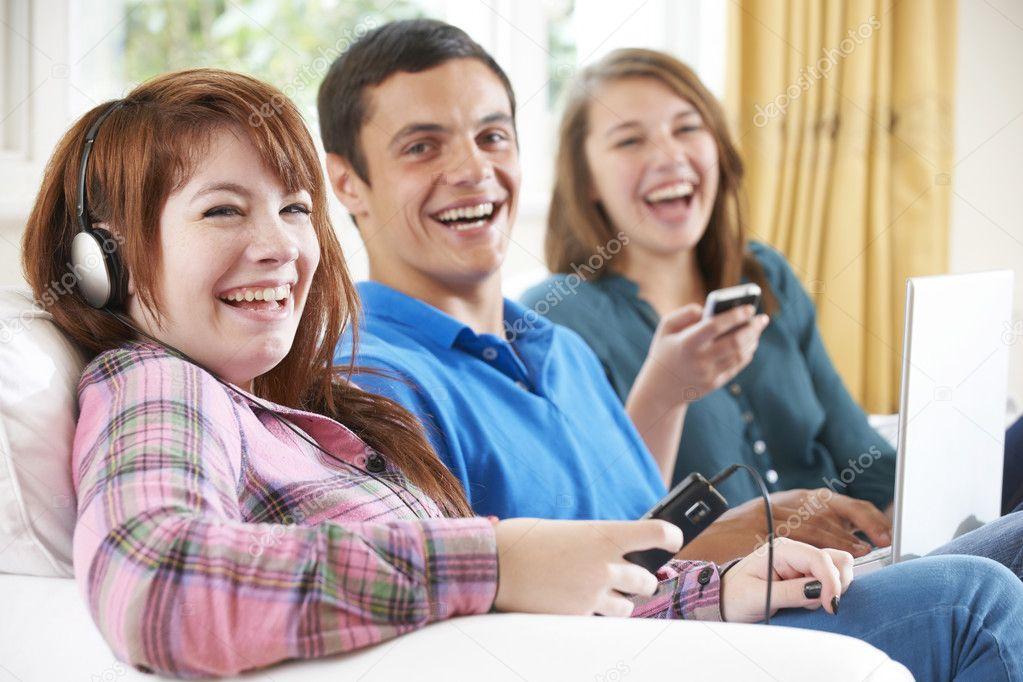 Group Of Friends Using Digital Technology At Home U2014 Fotografia De Stock