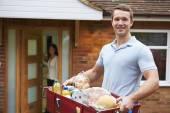 Fotografia Uomo consegna generi alimentari Online ordine
