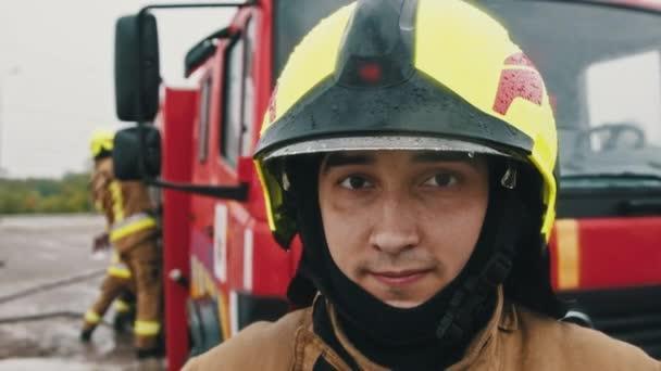 Portrét hasiče v plné uniformě připraven k záchraně. Zpomalený pohyb