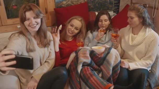 Nejlepší přátelé spolu tráví zimní prázdniny. Pití svařeného vína, občerstvení a focení