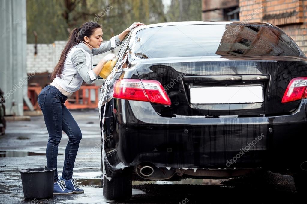 девушка моет машину фото