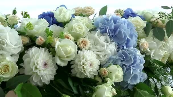 hortenzie a růže v květinové vazby