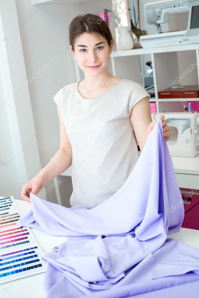 Портной шьёт платье