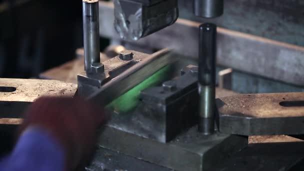 pracovník čistí razítka a razítka detail