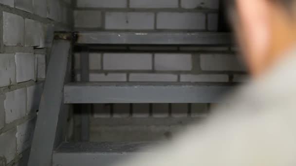stavební dělník stoupá schodiště s nakládacím zařízením