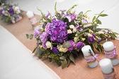 svícen s květy levandule a kytice