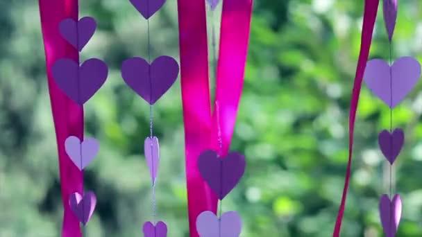 Esküvői dekoráció, lila szívek, vörös szalagok 2