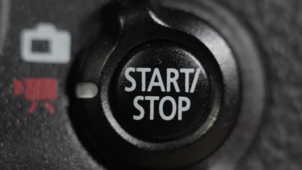 der Finger drückt die Start- oder Stopptaste.