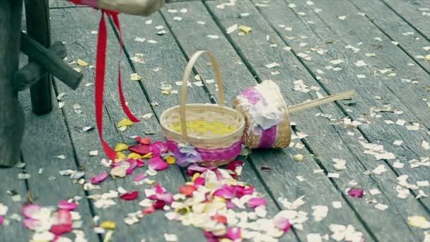 Decorazione di nozze, colorati petali di Rose, cesti