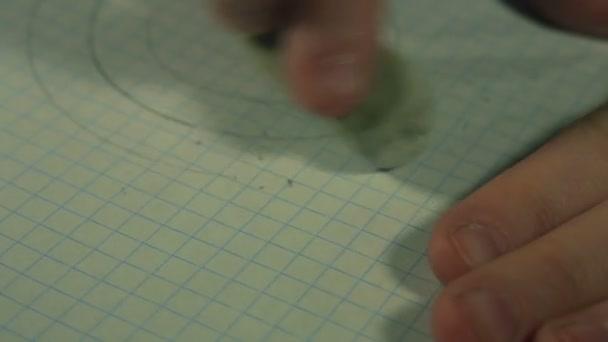 Childs prsty vymazat šedé čáry na papíře