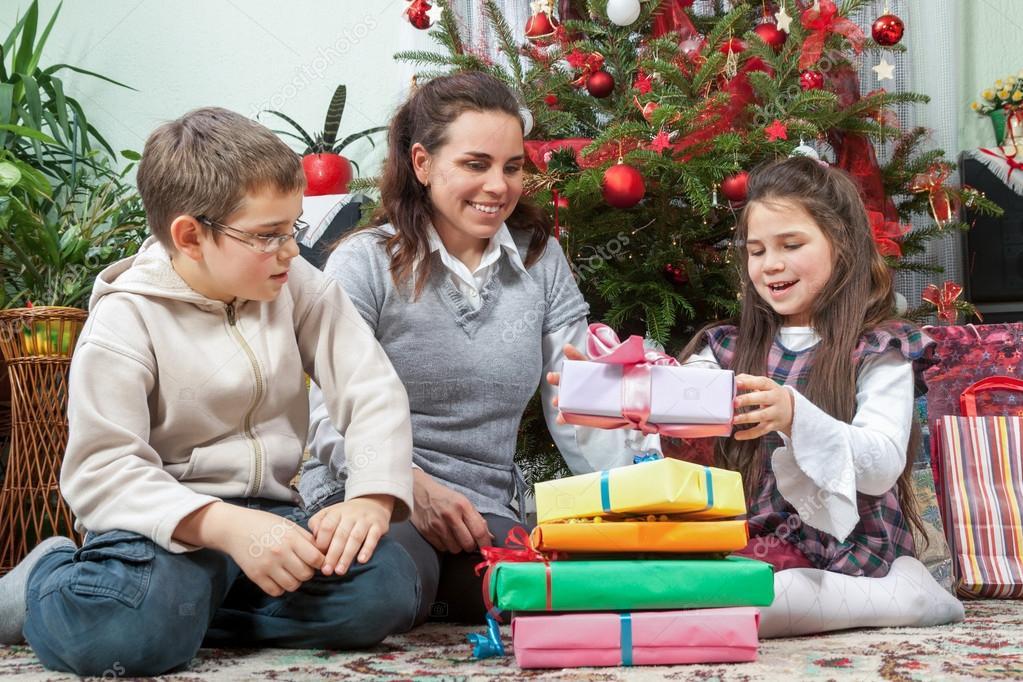 Familie, die Austausch von Geschenken vor Weihnachtsbaum — Stockfoto ...