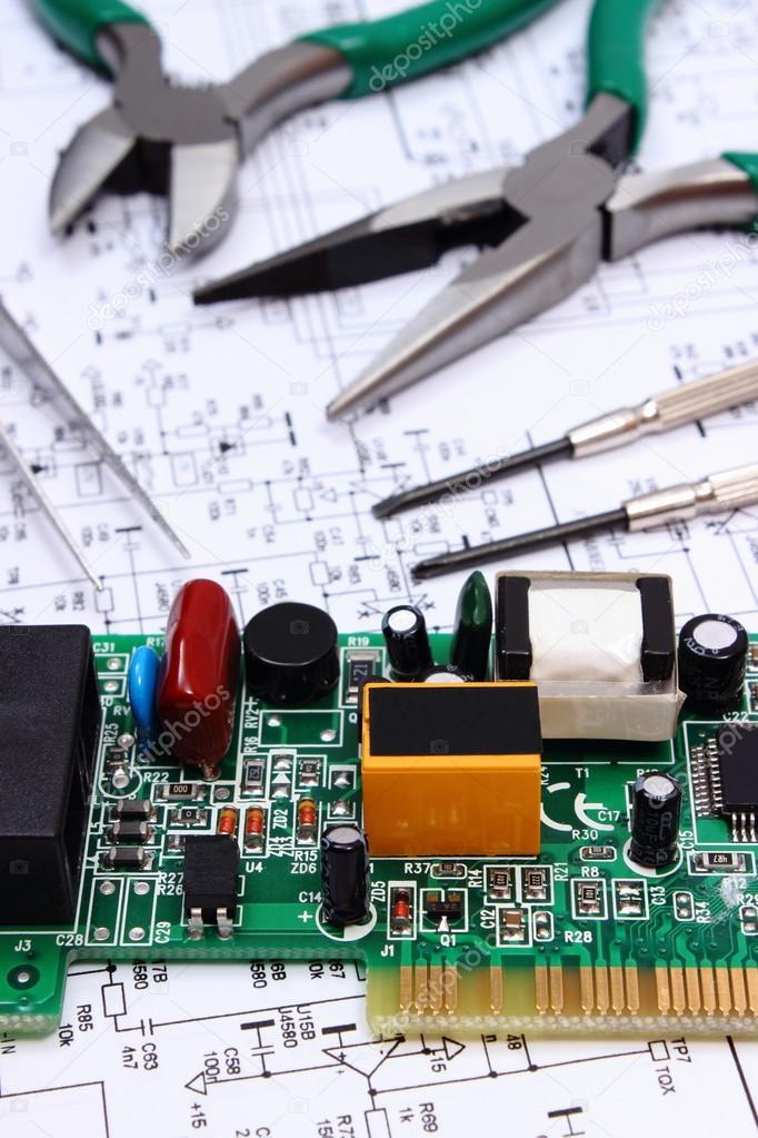 Printed Circuit Board und Präzision Tools auf Diagramm der ...