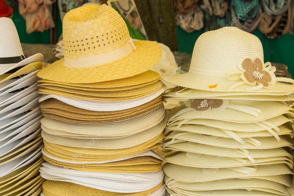 a0ad90d534190 Coleção de chapéus de palha artesanais na tenda — Fotografia de Stock