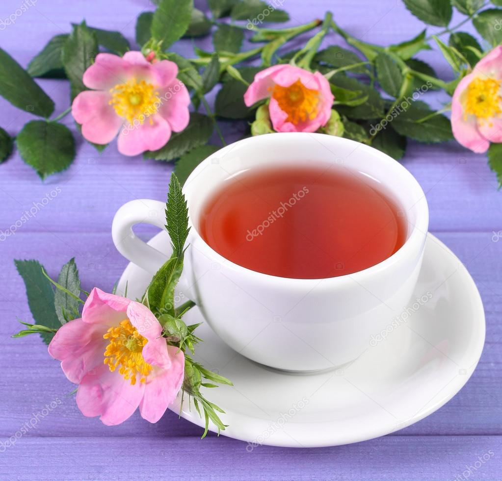 Tasse de thé chaud avec des fleurs roses et fleurs sauvages violet conseils  — Image de ratmaner b9216838d98