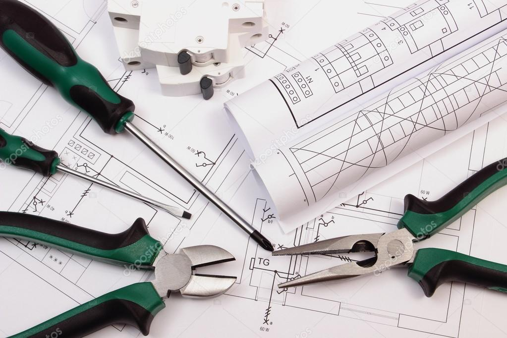 Ferramentas de trabalho fusvel eltrico e rolos de diagramas na metal pliers screwdriver electric fuse and rolls of diagrams on electrical construction drawing of house accessories for projects engineer jobs ccuart Image collections