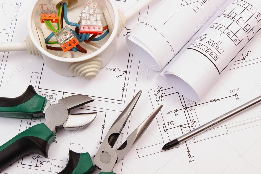 Werkzeuge, elektrische Box mit Kabel und elektrische Konstruktion ...
