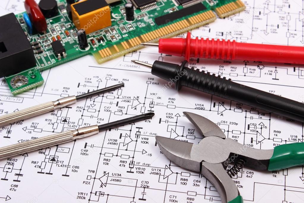 Gedruckte Schaltung. Präzisionswerkzeuge und Kabel vom Multimeter ...