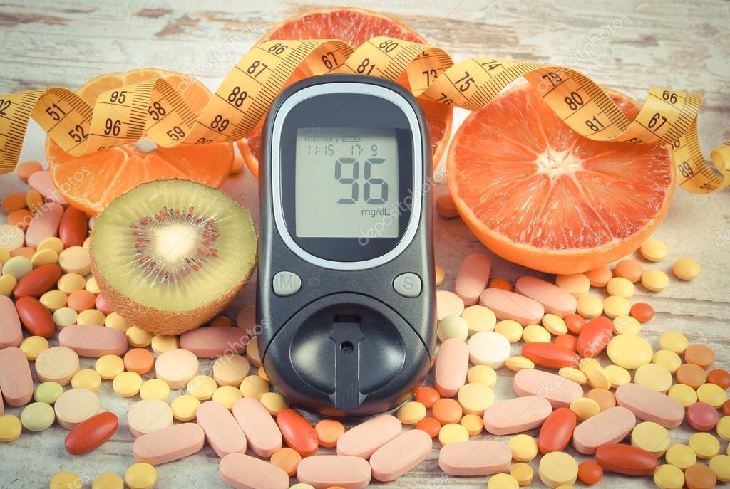 Винтаж Фото, глюкометр с результатом, сантиметр, фрукты и ...