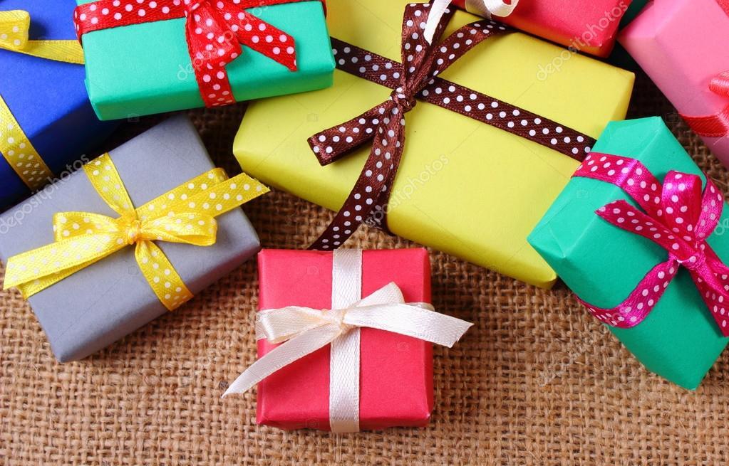 Montón De Regalos Envueltos Para Navidad U Otra Celebración En Yute