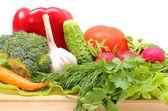 Érett friss nyers zöldségeket, a fa vágódeszka