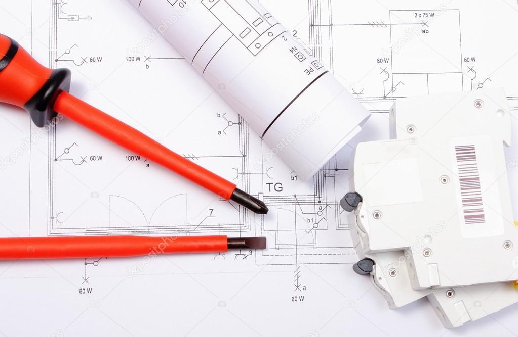 Schaltpläne, elektrische Sicherung und Schraubendreher am Bau des ...