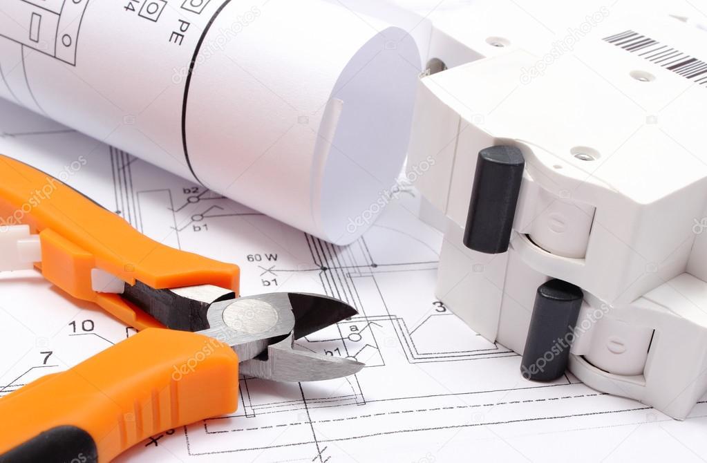Schaltpläne, elektrische Sicherung und Anbaugeräte am Bau des Hauses ...
