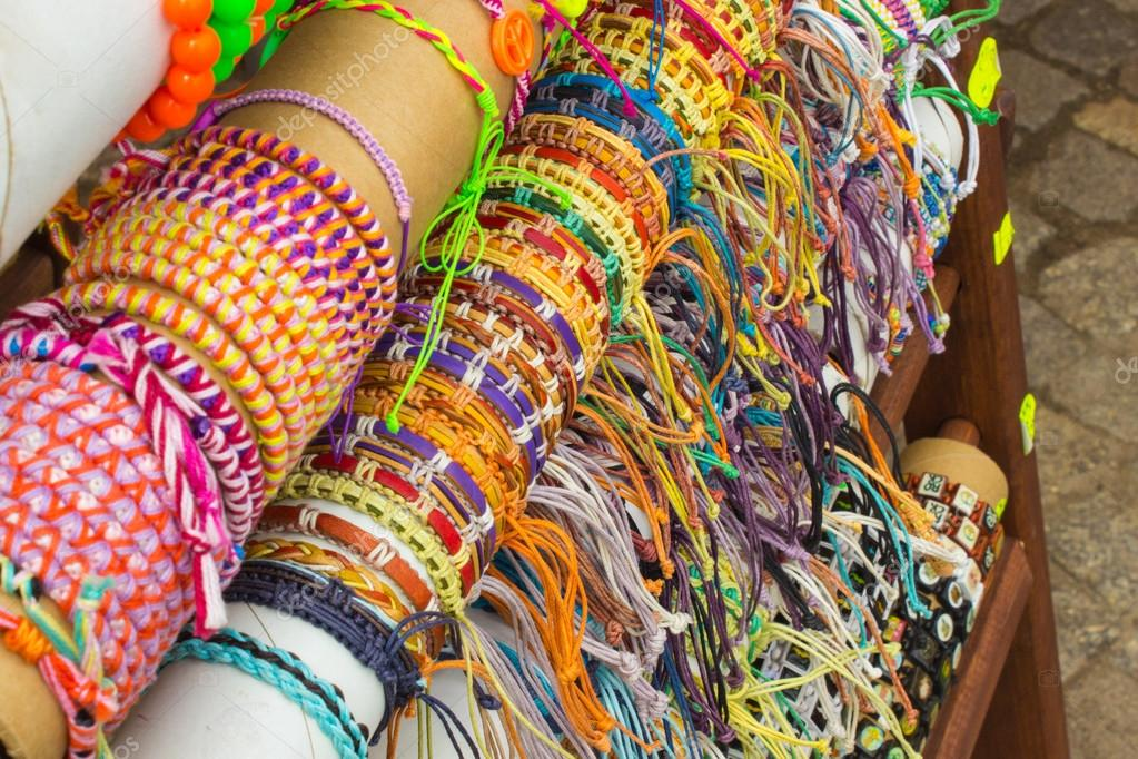 0e1ee861d30f Colección de coloridas pulseras en puesto en el Bazar– imagen de stock