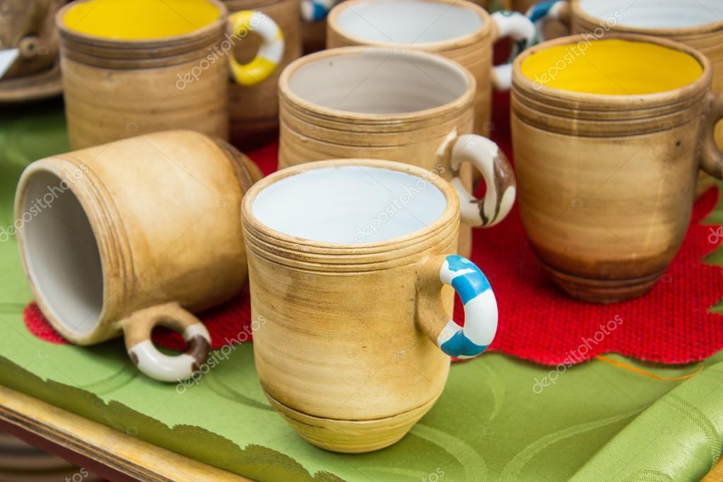 Sammlung von bunten Tassen zum Verkauf auf dem Basar, Zubehör für ...