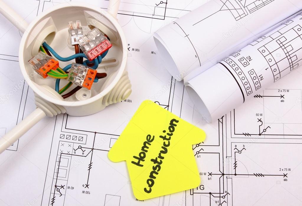 Haus Gelb Papier Rollt Von Diagrammen Und Kabelverbindungen Im Elektrischen  Feld Auf Anlagenzeichnung Haus, Technologie Und Konzept Des Gebäudes  Zuhause ...