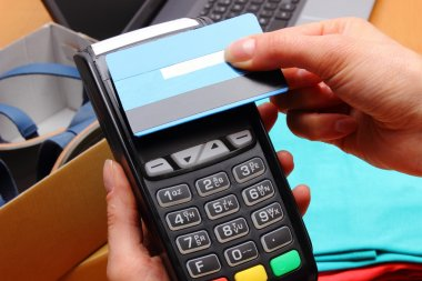 Use payment terminal and credit card with NFC technology for paying for purchases in store