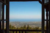 Fotografie pohled z okna opuštěné budovy na moře Rhodos Řecko