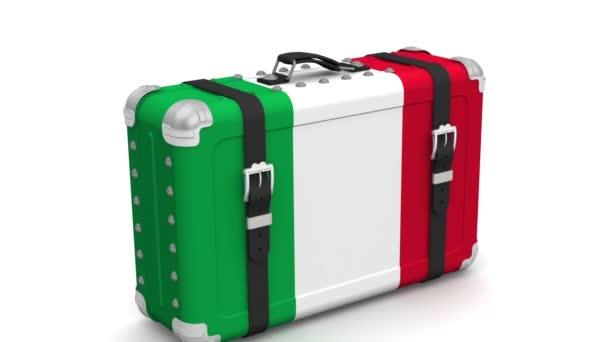 Itálie je pod zámkem. Retro kufr s vlajkou Itálie stojí na bílém povrchu se žlutými výstražnými pásky s nápisem LOCKDOWN. Video záběry