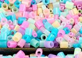 Nahaufnahme von Pixel-Perlen, Kunststoffgranulat oder Kunststoff-Perlen