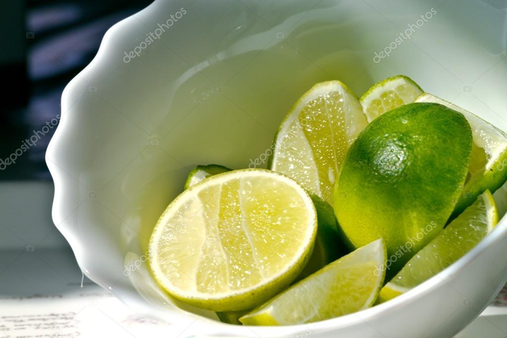 I pezzi di limone metterli in una terrina piastrelle u2014 foto stock