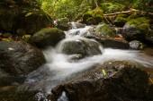 acqua che circola sulle rocce presso un po cade