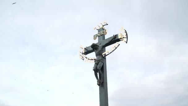 Cristianský náboženský symbol na pražském Karlově mostě. Zblízka. Vysoký úhel, paralaxní pohyb, zpomalený pohyb, HD.