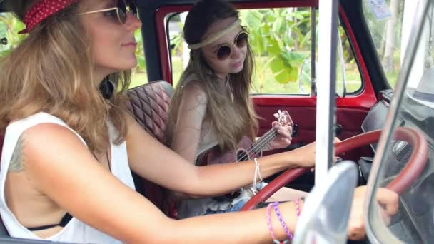 Hippi lány barátai a Road Trip-Retro Vintage egyterű