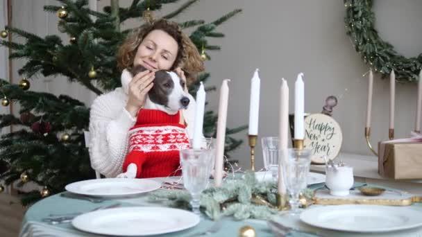 Uzamčení během zimních prázdnin bez míchání uprostřed hřebenu covid-19. Kudrnaté dívka hraje se psími ušima a tlapkami šťastný oslavit Nový rok a Vánoce spolu