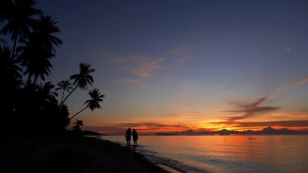 Pár na Sunset Beach, Thajsko