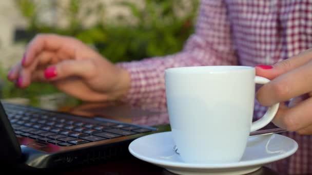 Üzletasszony gépelés-on Laptop billentyűzet csésze kávé vagy Tea
