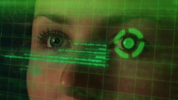 Futuristické programátor Cyber okem kódování na Hologramic rozhraní. Hi-Tech koncepce