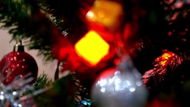 Closeup vánoční scény s dary stromu a světla